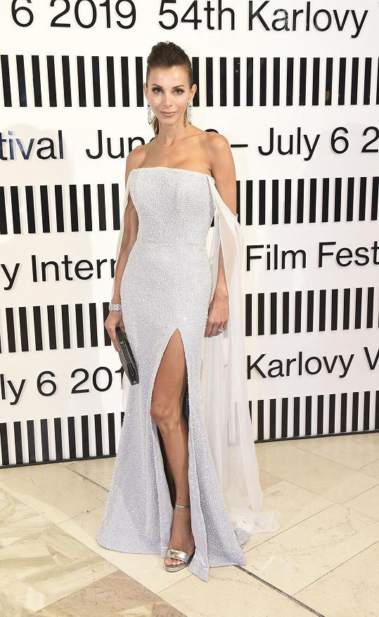 Štěpánka na zahájení karlovarského filmového festivalu. Zvolila šaty Poner.