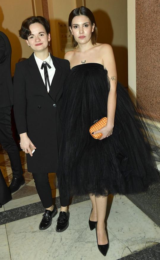 Dcera Aleny Mihulové Karolína Kachyňová s přítelkyní. Ta má šaty od Vandy Jandy.