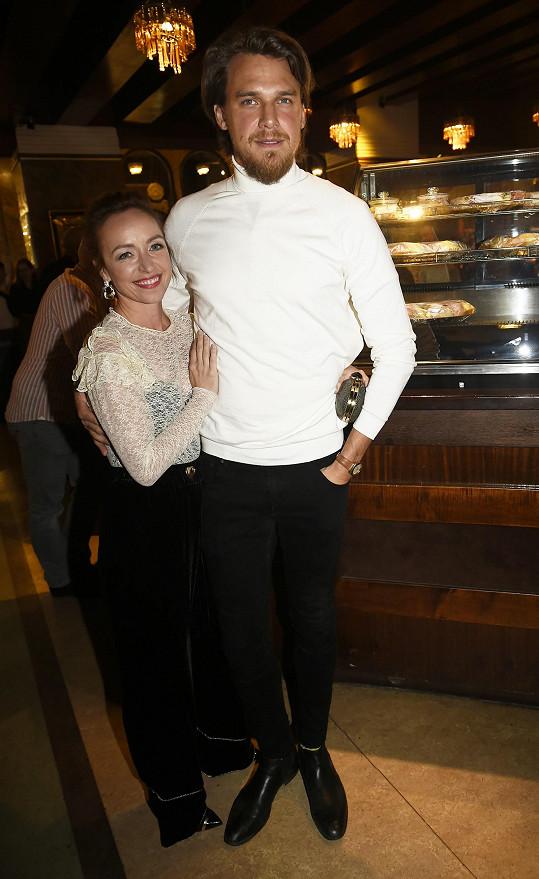 Tatiana na premiéře s manželem Vojtou Dykem