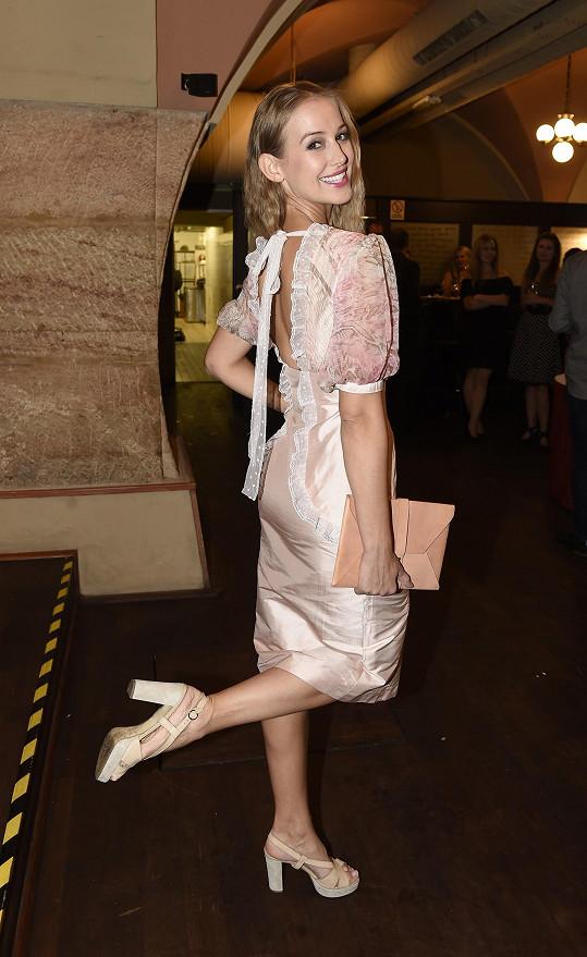 Zpěvačka předvedla šaty v romantické růžové a volánky připomínaly dobu dávno minulou.