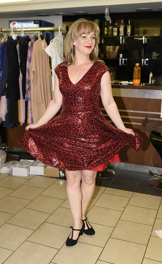 V červeném modelu se Sandra cítila skvěle.