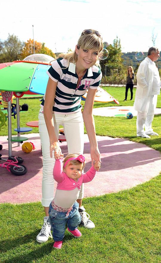 Iveta hubne díky své dceři Anetce, která chce stále chodit, ale pouze za podpory maminky.