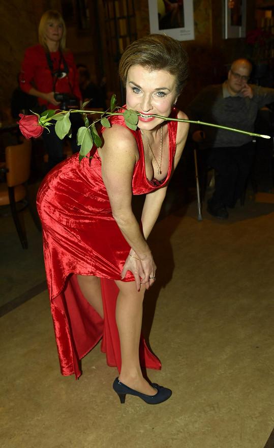 Zapózovala s růží, kterou dostala.