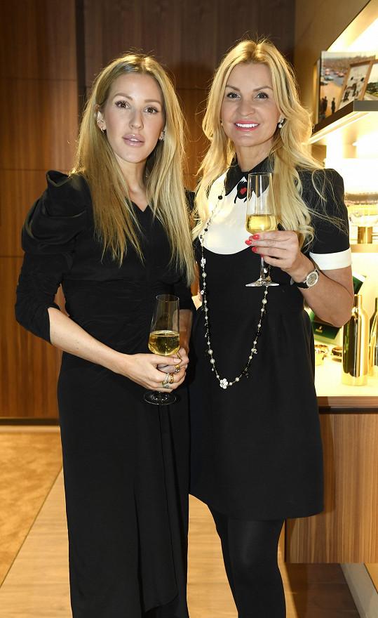 Ellie Goulding s podnikatelkou a majitelkou butiků s luxusním zbožím, Tamarou Kotvalovou.
