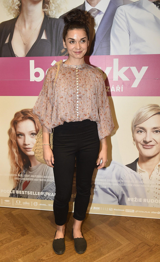Brigita Cmuntová hraje ve filmu Bábovky nezletilou matku.