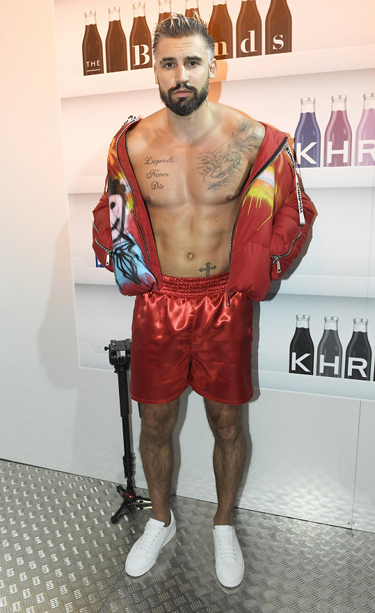 Josef Kůrka byl na závěrečné akci pražského fashion weeku v roli živé polonahé sochy.