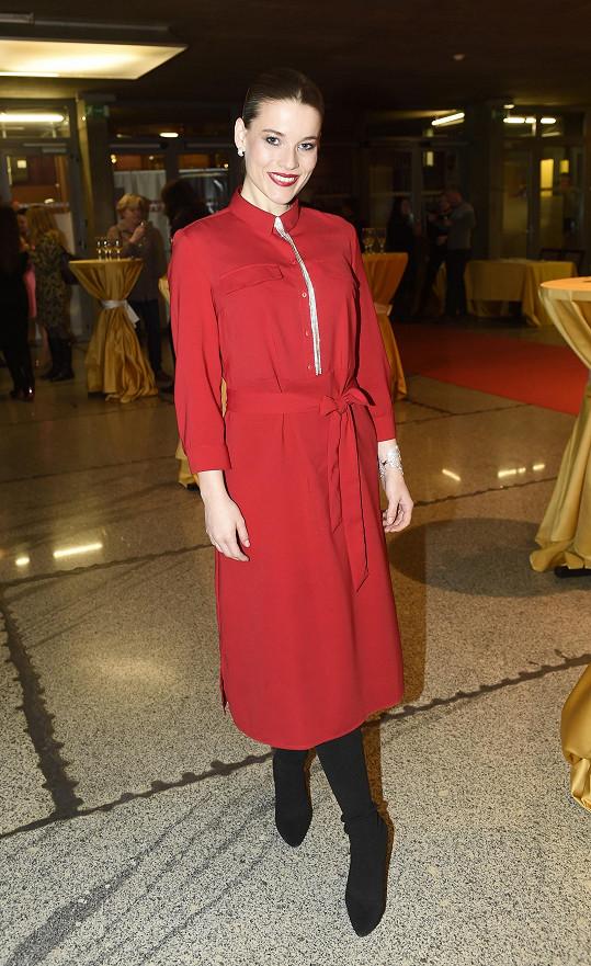 Do rudé se oblékla i zpěvačka Michaela Gemrotová, která ve svých šatech mezi hosty opravdu vynikala.