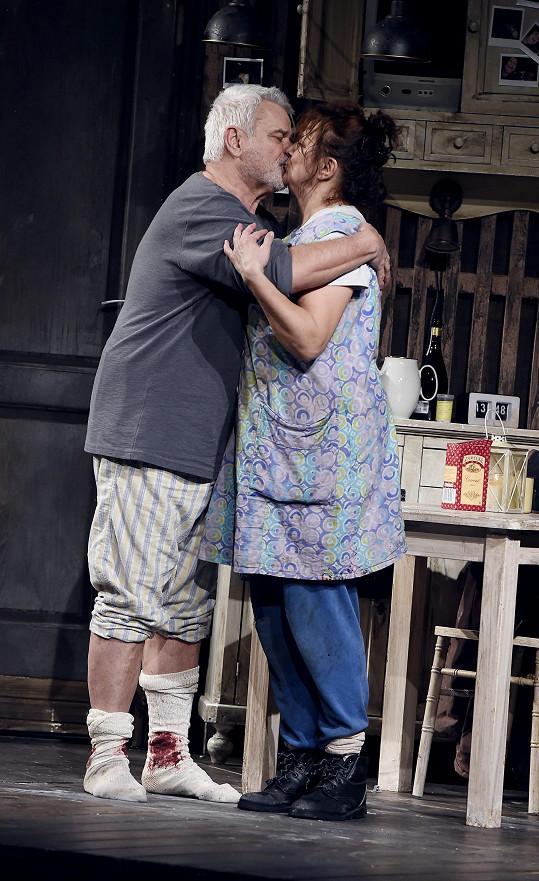 Během děkovačky se políbili.