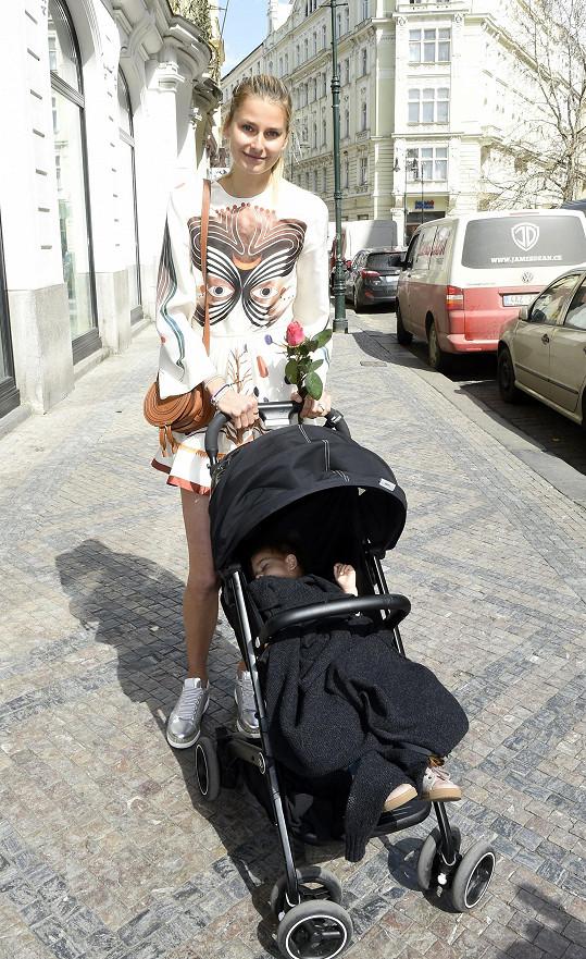 Hanka v centru Prahy s dcerou Ellou