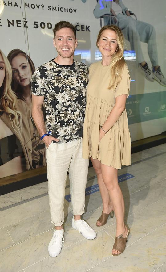 Veronika Kopřivová s partnerem Miroslavem Dubovickým vyrazili na otevření obřího obchodu s obuví do obchodního centra Nový Smíchov.