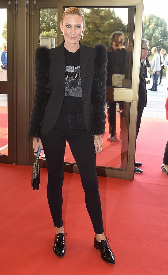 Kateřina Průšová zvolila střízlivý outfit s kalhotami a sakem.