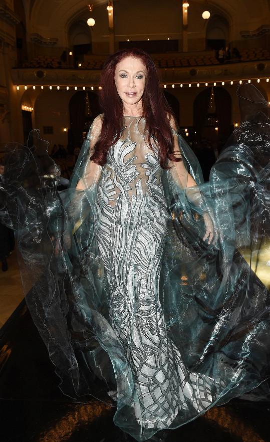 Návrhářka si dokonce po přehlídce troufla obléknout róbu šitou na míry modelek.