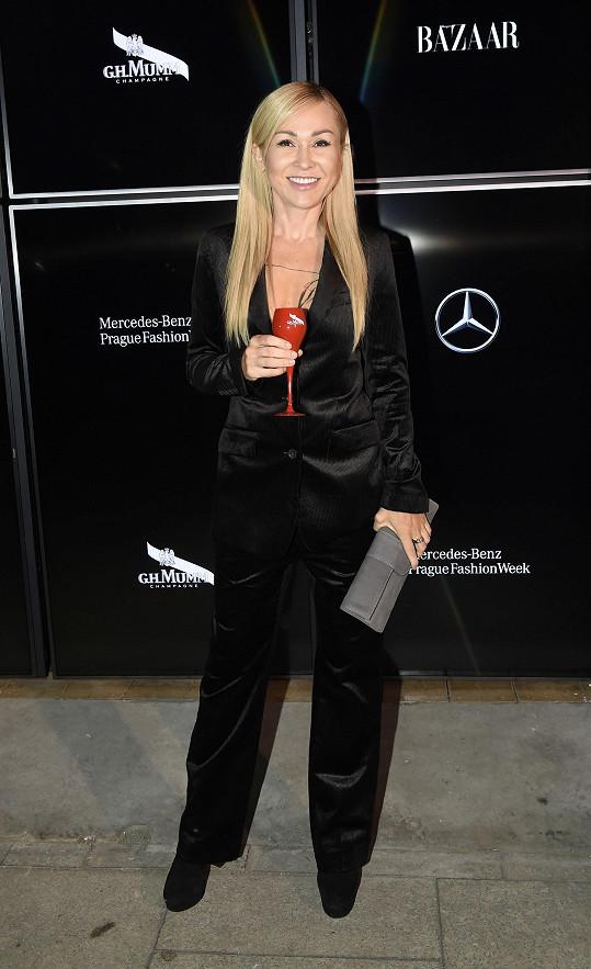 Také herečka Kaira Hrachovcová přišla celá v černé. Zvolila kalhotový kostým z kolekce Silverline, který vytvořila Ivana Mentlová.