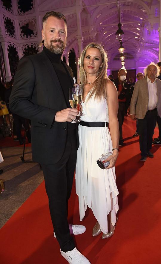 Petr Vágner s přítelkyní Silvií Vlčkovou dorazili na módní přehlídku Beaty Rajské v Karlových Varech.