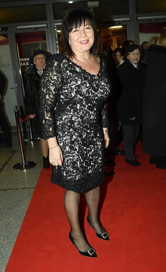 Ministryně financí Alena Schillerová zvolila černobílý krajkový model.