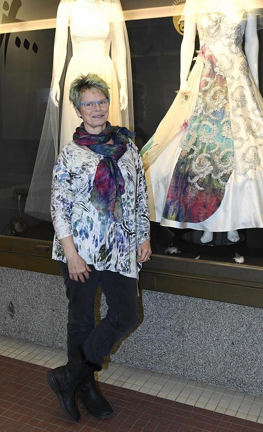 Šaty na snímku vpravo navrhla pro svoji dceru.