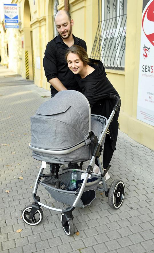 Přemysl Pálek a Charlotte Doubravová berou malou dceru všude s sebou.
