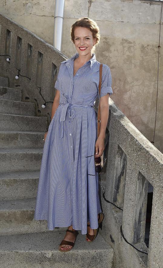 Bavlněné šaty s námořnickým proužkem v maxi délce Andreu Růžičkovou vhodně chránily před sluncem. Skvělá slušivá volba.