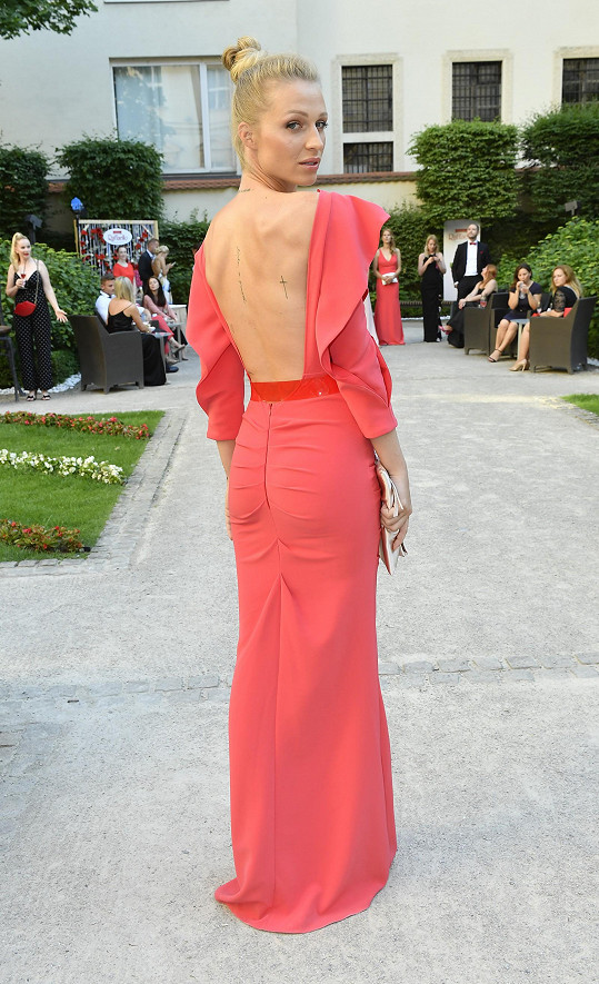 Šaty neměly pouze výrazný výstřih, ale i odhalená záda.