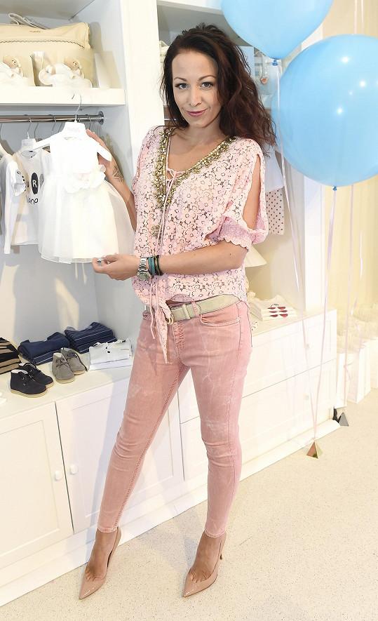 Agáta vyrazila na otevření nového butiku s dětským oblečením.
