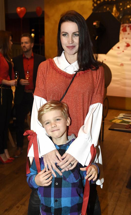 Lucie Langmajerová se synem Mikulášem zastoupili herce, který se pro kalendář fotil.