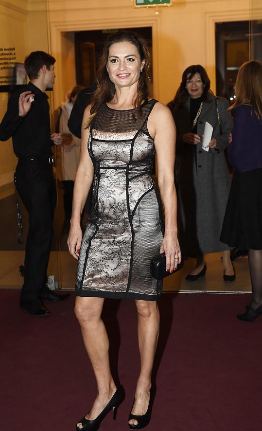 Hanka Kynychová si oblékla šaty připomínající sexy noční košilku.