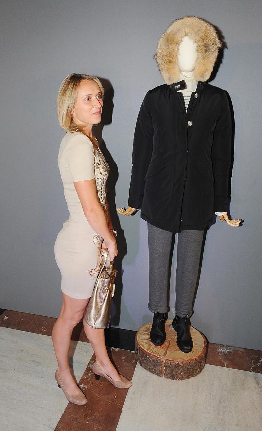 Má skvělou figuru, ale mohla by ji předvést v trochu lepším outfitu.