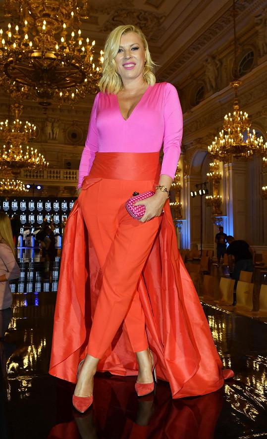 Šéfka Fashion TV Gabika Drobová nás bavila zářivou kombinací fuchsiové a oranžové.