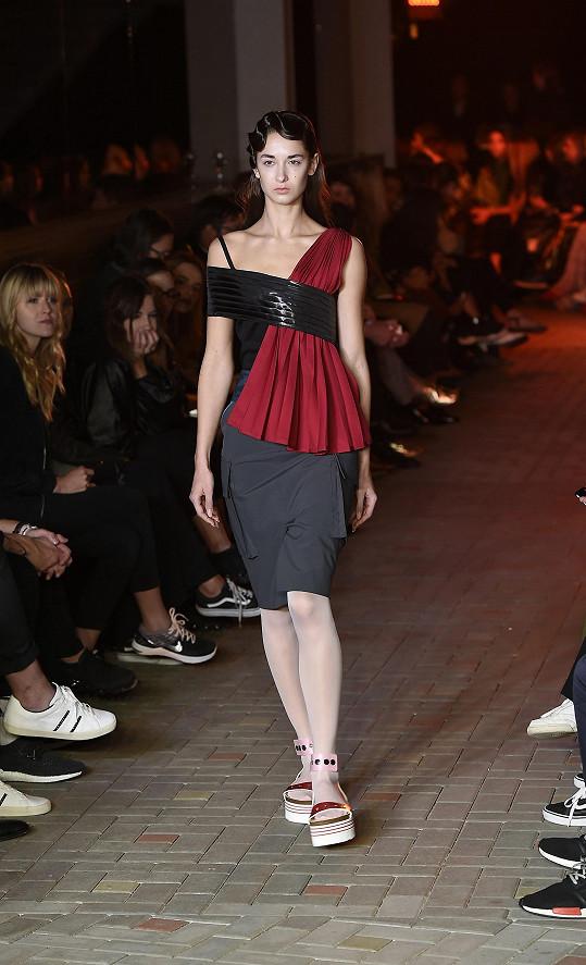 Sofistikovaná a rafinovaná móda návrhářského trojlístku působícího pod označením La Formela nebyla pro minimalistku Kopřivovou prý tak úplně jejím šálkem kávy. Show si ale užila.