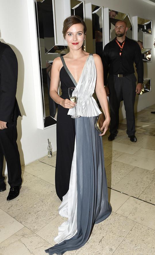 Tereza Voříšková má v módě několik svých oblíbenců, mezi které patří i návrhářský trojlístek La Formela, do jejichž šatů tvořených jakoby ze dvou různých modelů se herečka pro tento večer oblékla.