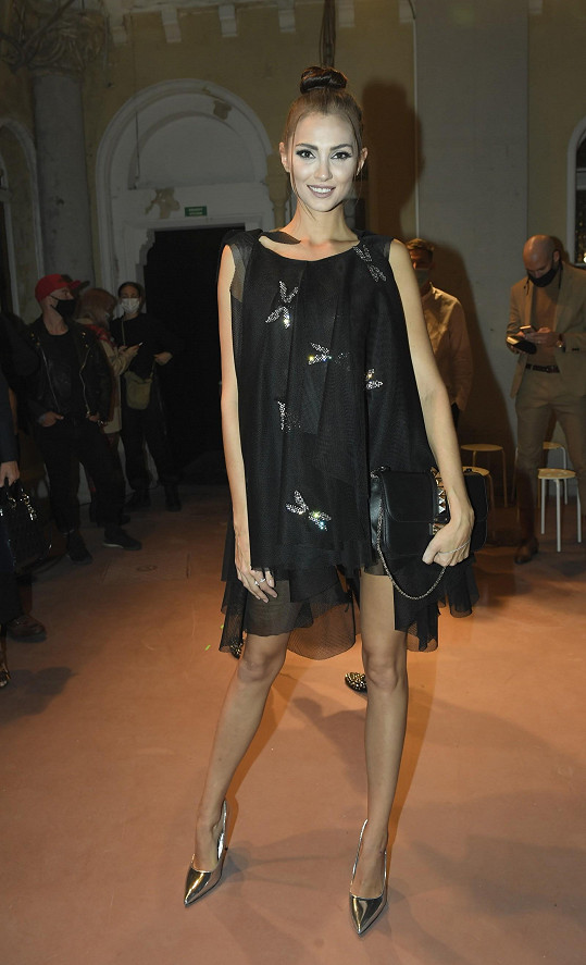 Šaty od Ivony Leitner a kabelku Valentino vynesla Karolína na přehlídku Zoltána Tótha a následnou party šperkařského domu Bulgari.