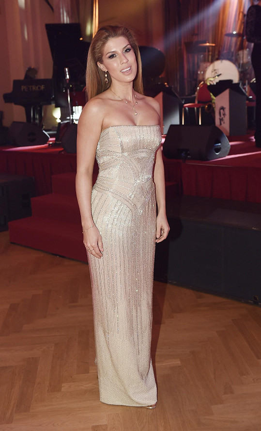 Victoria v šatech Versace doplněných šperky od jejího otce.