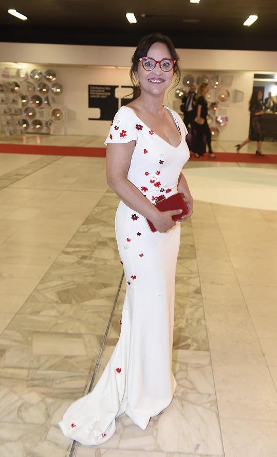 Alena Mihulová na zahájení karlovarského filmového festivalu. Vlečku u šatů jí podupali.