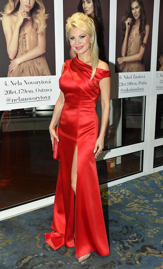 Natali Ruden v šatech, které si sama navrhla.