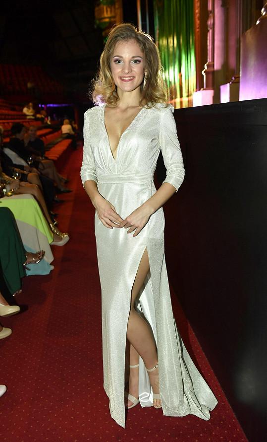 Na popremiérový večírek si vzala pořádně sexy model s vysokým rozparkem...