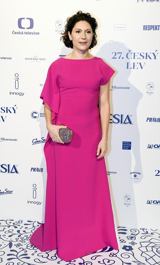 Martha Issová na předávání cen Český lev v modelu od Chatty, který doplnila šperky Boucheron. O vizáž se jí postarala Michaela Ohemová.