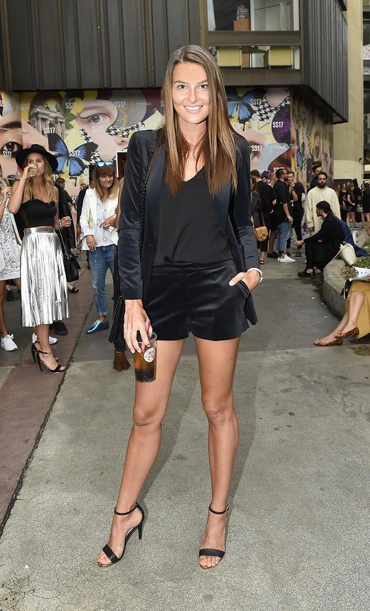 Nikol na přehlídce Pietro Filipi v rámci pražského fashion weeku dorazila v sametovém kostýmku a v šortkách vystavila své nekonečně dlouhé nohy.