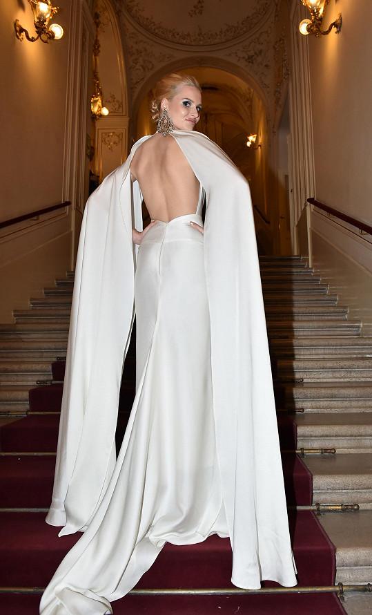 Model obsahoval několik zajímavých prvků. Jako například pláštěnku, která ale zároveň dráždivě odhalovala záda.