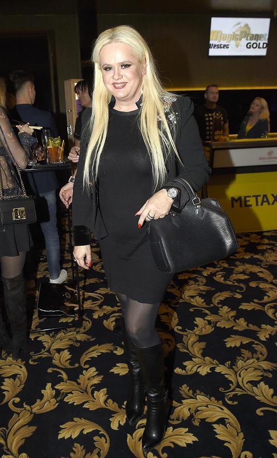 Na párty v kasínu předvedla i štíhlejší postavu.