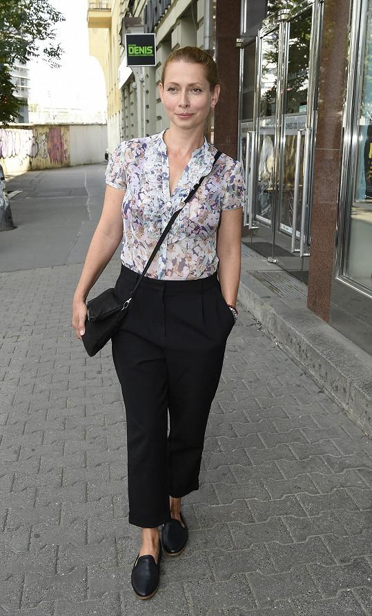 Gabriela Míčová přichází na tiskovku.