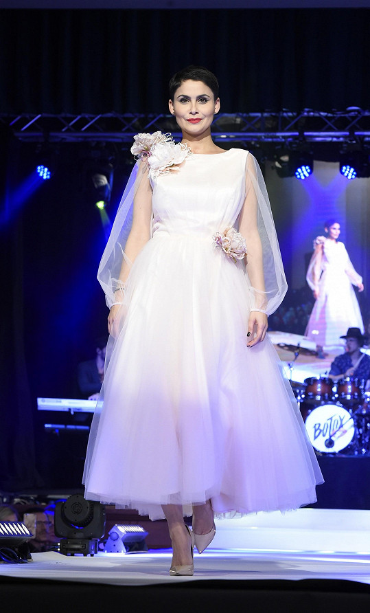 Vlaďka předvedla i variaci na svatební šaty.
