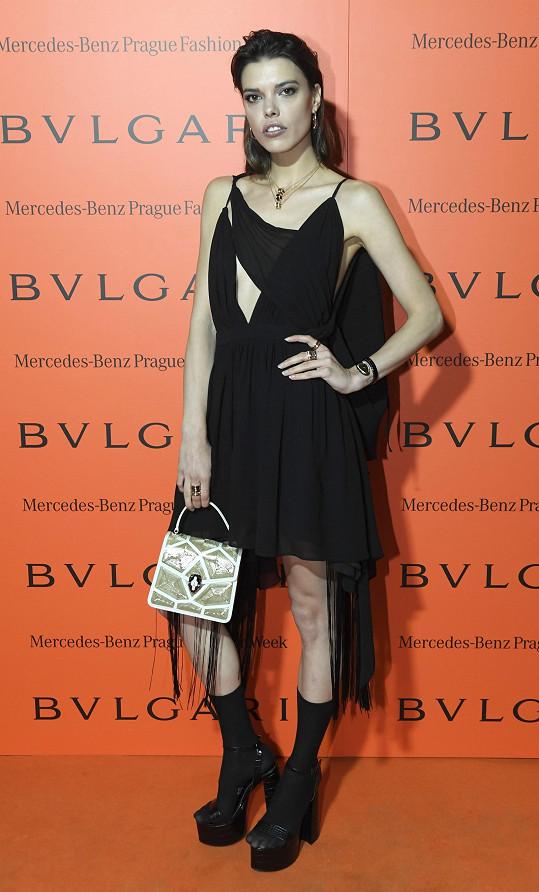 Malé černé nápaditého střihu od Michaela Kováčika doplnila modelka Eva Doležalová kabelkou Bulgari a šperky stejné značky.