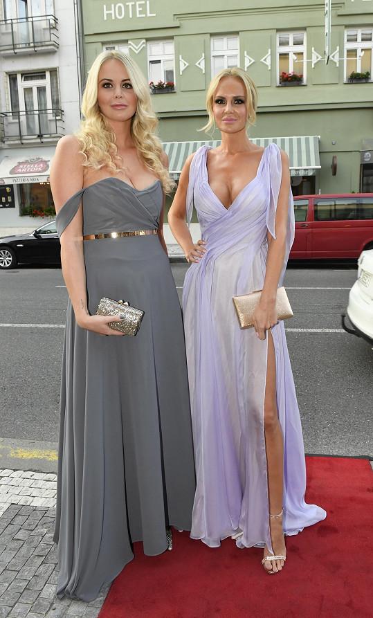 Lucie dorazila se sestrou, která to v soutěži krásy také zkoušela.