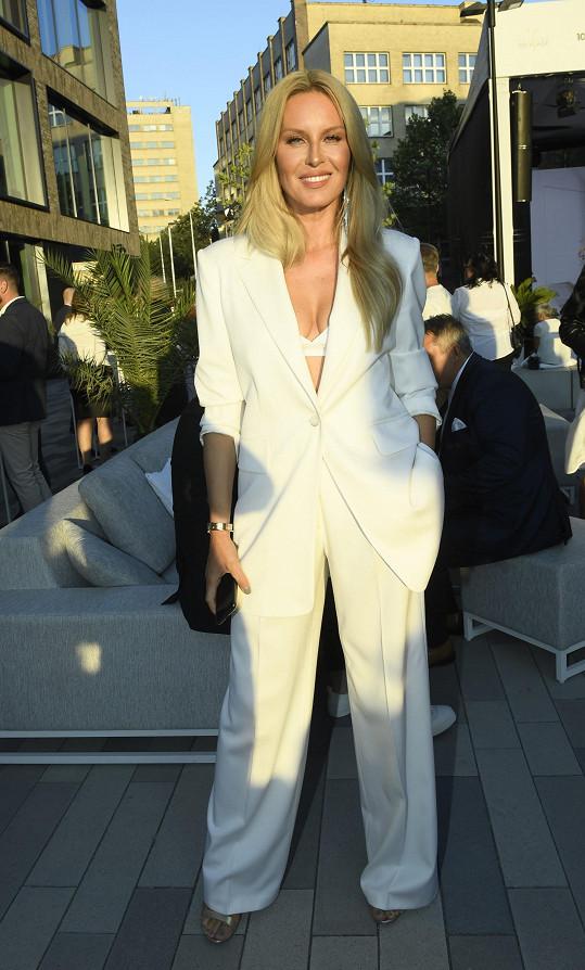 Simona Krainová dodržela doporučený dress code bílé barvy.