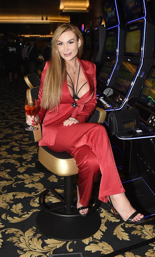Dekoltem jí mohla na párty v kasínu ve Vestci alespoň trochu konkurovat jedině Eva Feureislová známá z reality show VyVolení.