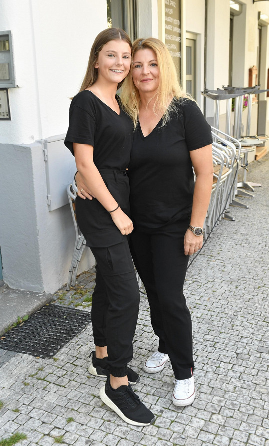 Noemi s maminkou Evou se chystají na festival Kouřimská skála na památku Petra Muka.