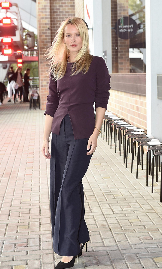 Blonďatá kráska volí vzhledem ke svému povolání spíš konzervativní a sofistikovanou módu.