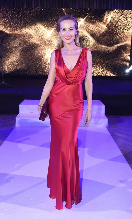 Petra na charitativní večeři oblékla nádherný model od Alberty Ferretti.