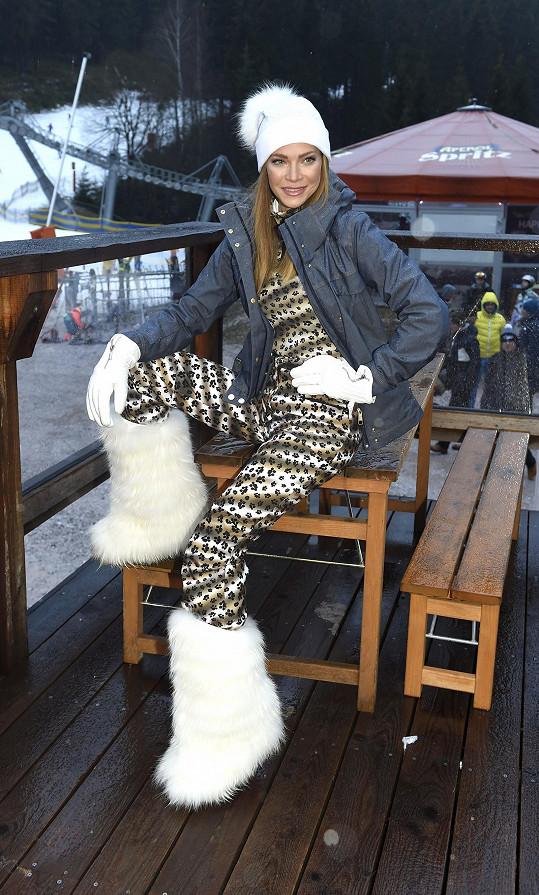 Zranění si přivodila během lyžování.