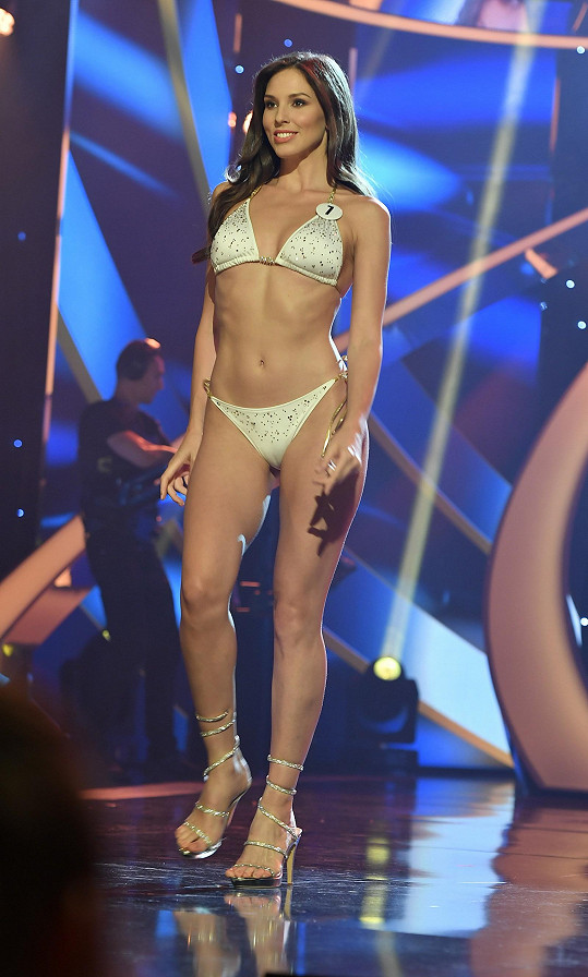 Laura Longauerová má míry 87-64-93, měří 178 cm.